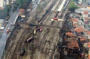 WCENTER 0XLDAFQLBO Una veduta dall'elicottero del luogo dove e' esploso il treno a Viareggio in una foto del 30 giugno 2009 a Viareggio. ANSA / CARLO FERRARO