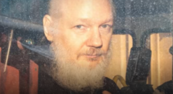 """Julian Assange: """"Vogliono uccidermi, sostituitemi nella ricerca della verità"""". L'appello dal carcere di massima sicurezza"""