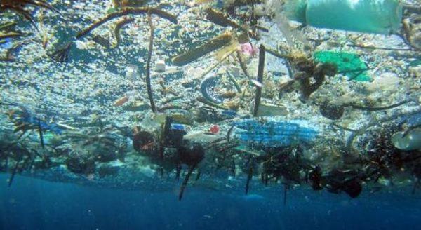 Plastica, basta con la retorica. Fermate il sistema produttivo che inquina persino l'acqua del rubinetto