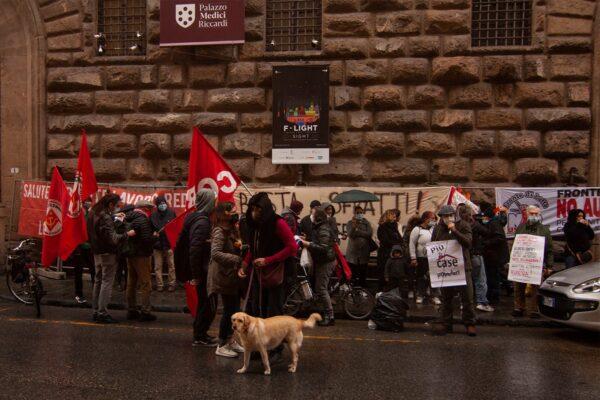 """Sfratti, presidio a Firenze: """"La casa è un diritto, proroga della sospensione"""""""